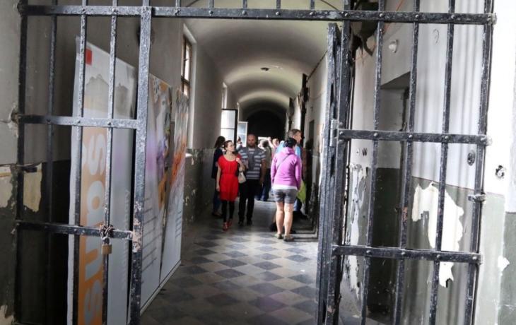 Babiš míří do věznice, ale podpoří jen muzeum totality
