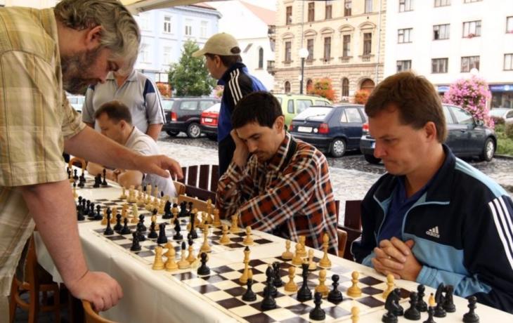 Šachisty při simultánce potrápil déšť