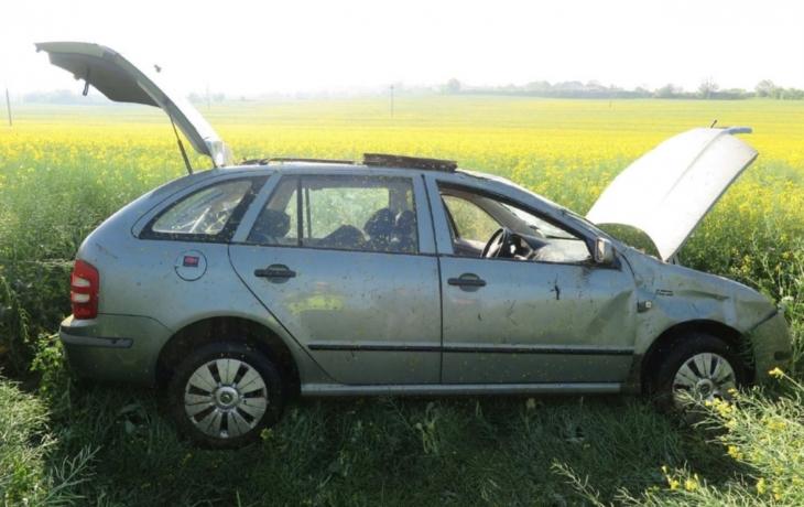 Řidička skončila v řepce a šla přes střechu. Před cestou do špitálu ještě dostala pokutu