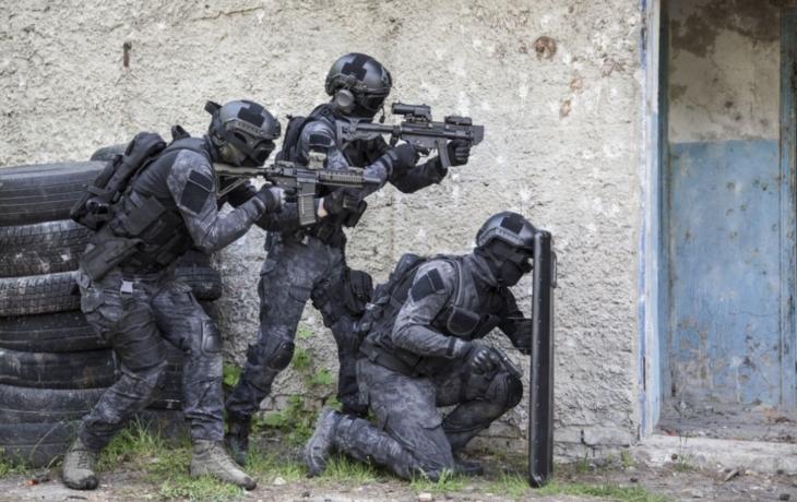 """""""Anonym volal po zásahu. Ozbrojený muž drží v domku rukojmí!"""""""