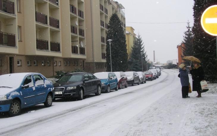Na Tkalcovské zaparkuje více aut, odnese to chodník