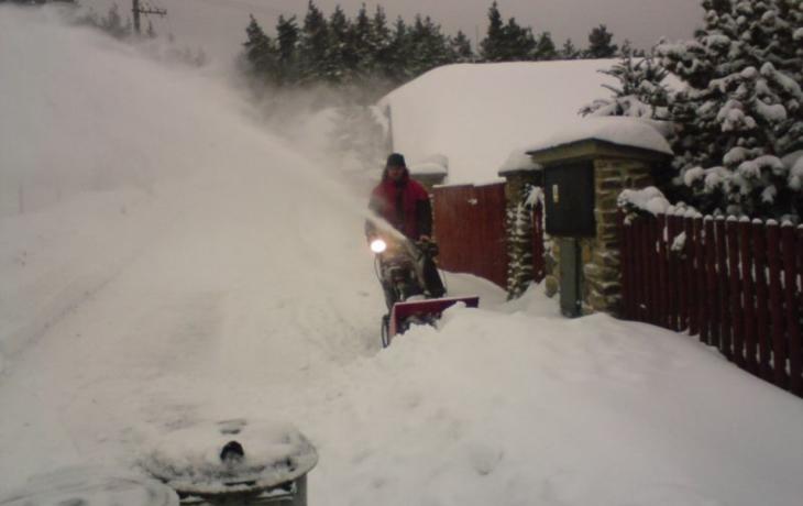 Odklízení sněhu je dražší, pomoc ze Slovenska už nejezdí
