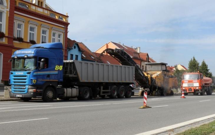 Průtah Starým Městem komplikuje oprava vozovky