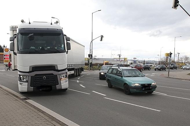 Zahltí kamiony srdce Starého Města? U benzinky způsobují nehody