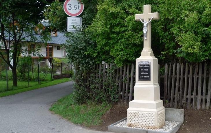 Kříž, který porazila dodávka, je zpět