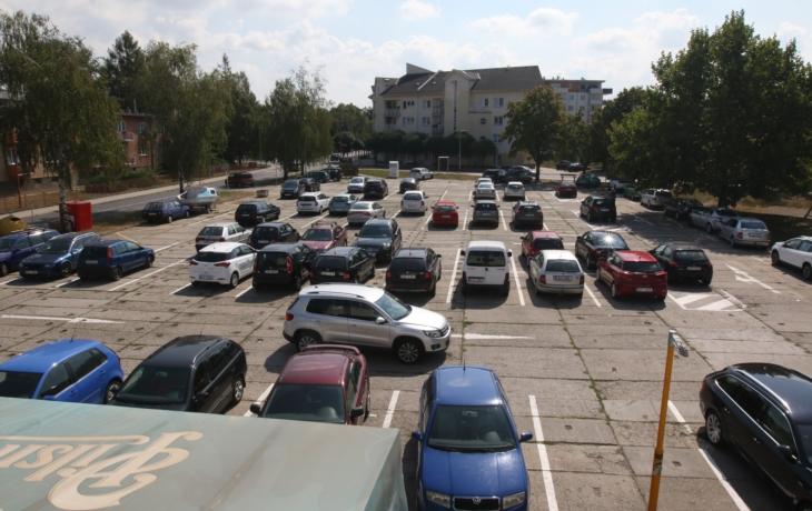 Radnice nalajnovala polorozpadlé parkoviště