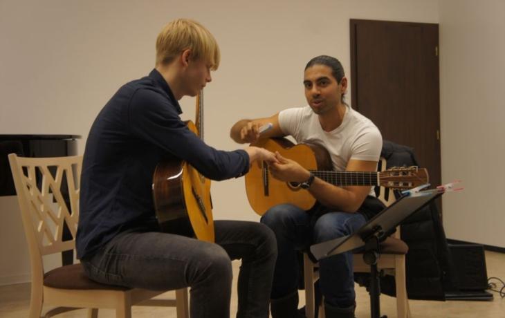 Umělec mladým kytaristům zapilovával nehty