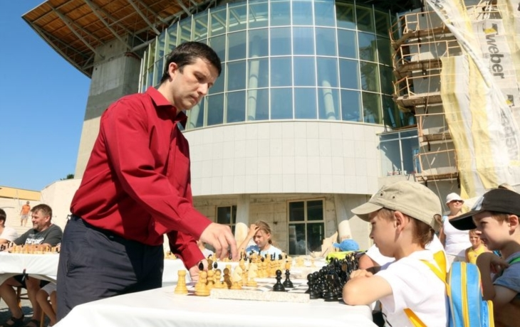 Šachy ve stínu nového kostela