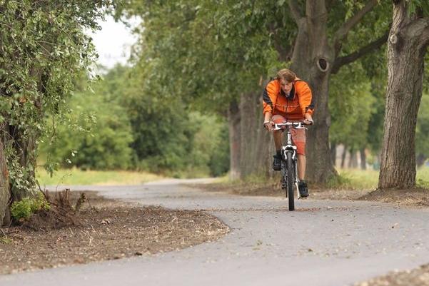 Cyklisté už jezdí, auta ještě brzdí částečná uzavírka