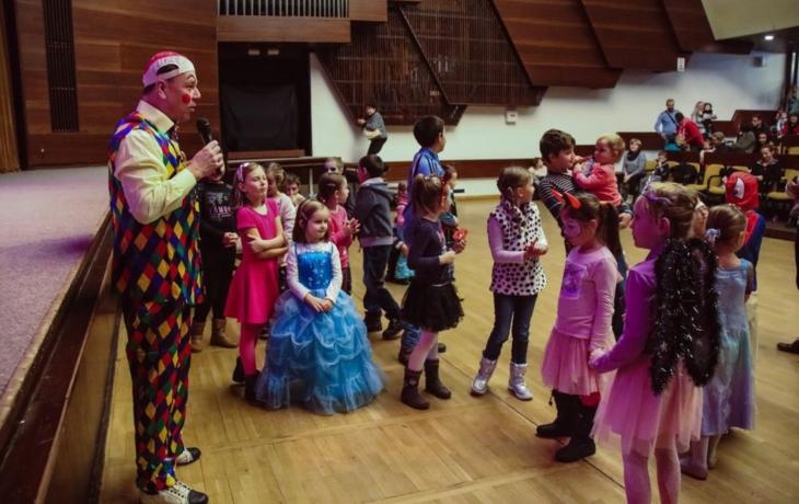 Klaun Viktor a čertice naučili tančit děti mazurku