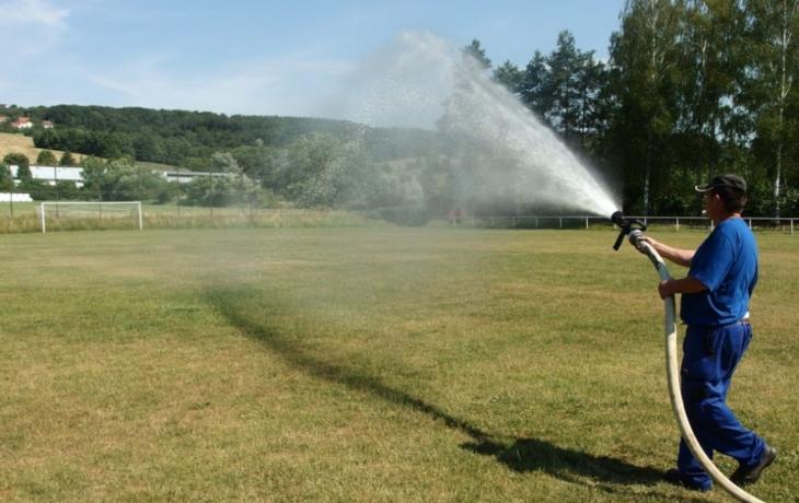 Hluk začne kropit fotbalový trávník pitnou vodou! Má jí prý dost