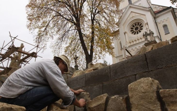 Lhota obnovuje schody ze svého, pracují i lidé z úřadu