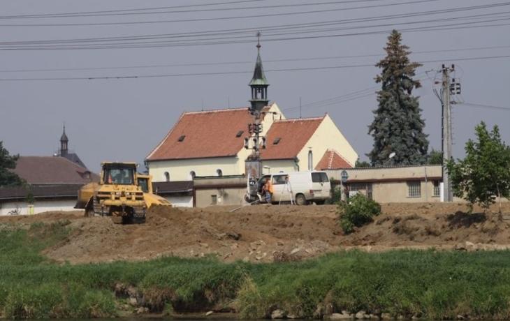 Hradiště a Staré Město se opevňují proti velké vodě