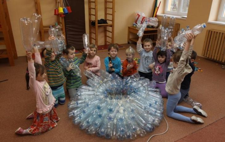 Školáci stavěli sněhuláky pro Afriku z odpadů