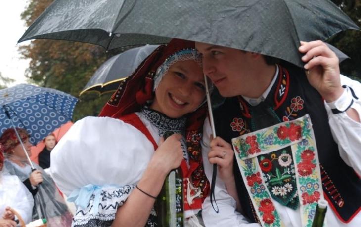 Slavnosti mezi kapkami deště. Víno a památky přilákaly 40 tisíc lidí