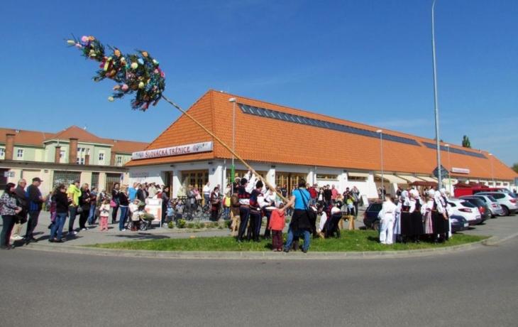 Nad tržnicí vztyčili májku