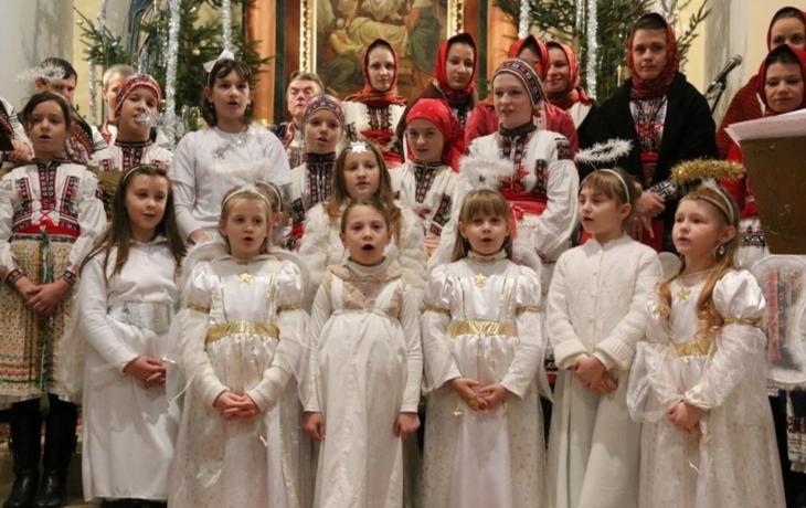 Kostel místo sněhu zasypali koledníci
