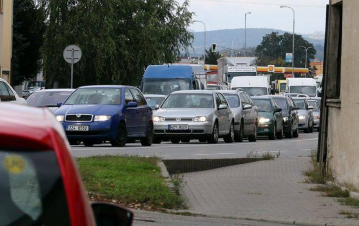 Řidiči skřípou zuby. Práce na mostě zdržují auta, spoje nabírají až hodinové zpoždění