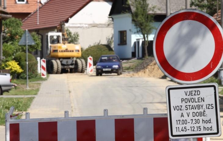 Motoristé ignorují zákaz vjezdu, ohrožují termín stavby!