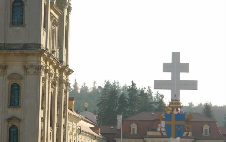 Papežský kříž z nádvoří nezmizí