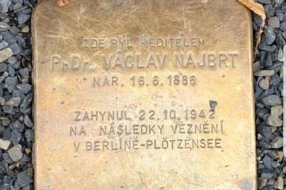 Škola má 100 let, pokřtí almanach a uctí Václava Najbrta